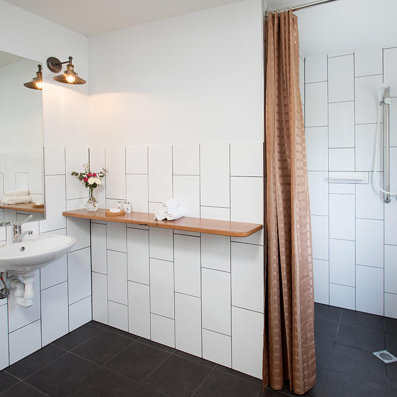 Greenlee-Cotttages-Woodcutters-bathroom